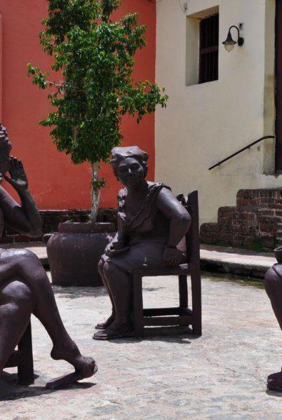 Indalo-Cuba_Activite_Camaguey-autrement-Plaza-des-Carmen-statues